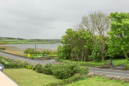 Cosy Cottage by the lake - Dunfanaghy - บ้าน