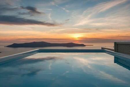 Santorini Honeymoon villa - Thira