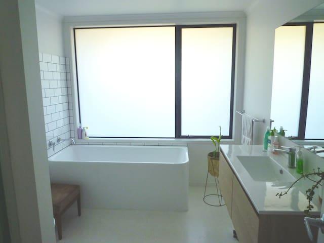 Main bathroom, toilet & shower