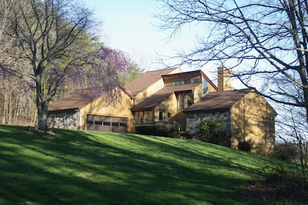 2,700 Square Foot River Retreat - Mt Airy - Дом