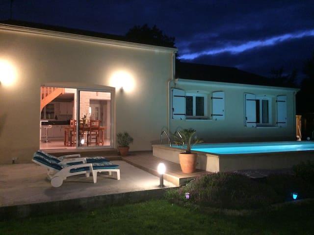 Villa avec piscine chauffée 15 min du Futuroscope