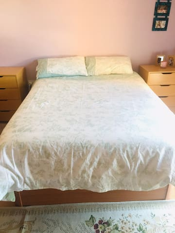 Spacious double bed,10min walk from town & Airport