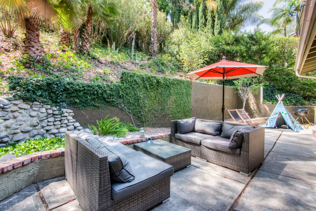 Hollywood hills lake house escape houses for rent in los for Hollywood mansion party rental