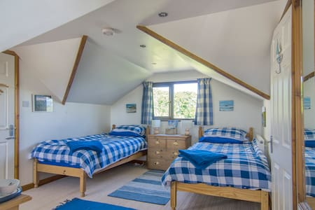 Bright and cheerful twin bedroom close to Marazion
