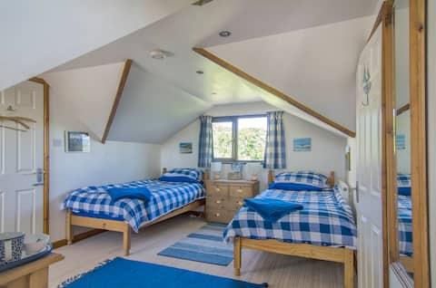 Bright and cheerful twin bedroom close to Marazion
