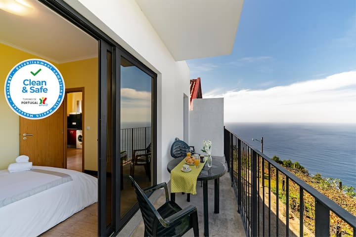 On the cliffs with ocean view, perfect for walking – Top of the Cliff Apartment II