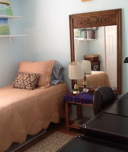 Lovely small room available on the north end of the city in a quiet neighborhood. Close to downtown. Just minutes from Vilano Beach. Beautiful front porch for relaxing. Organic coffee available! Pet friendly! Contact me for info on longer stays.