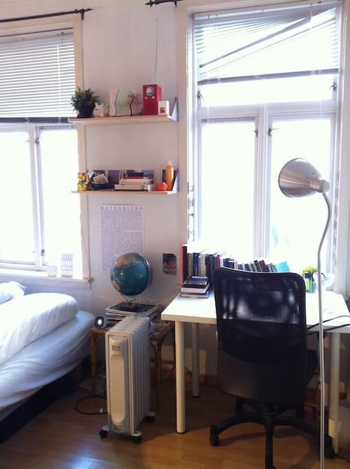 Rommet som leies ut, m. pult, seng og klesskap