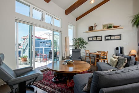 Beautiful waterfront floating home - North Vancouver - House