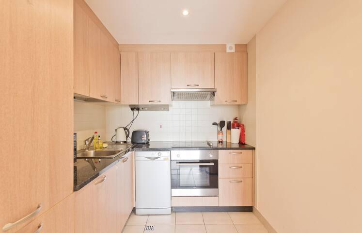 Modern, Bright Apartment in Chic Neighbourhood