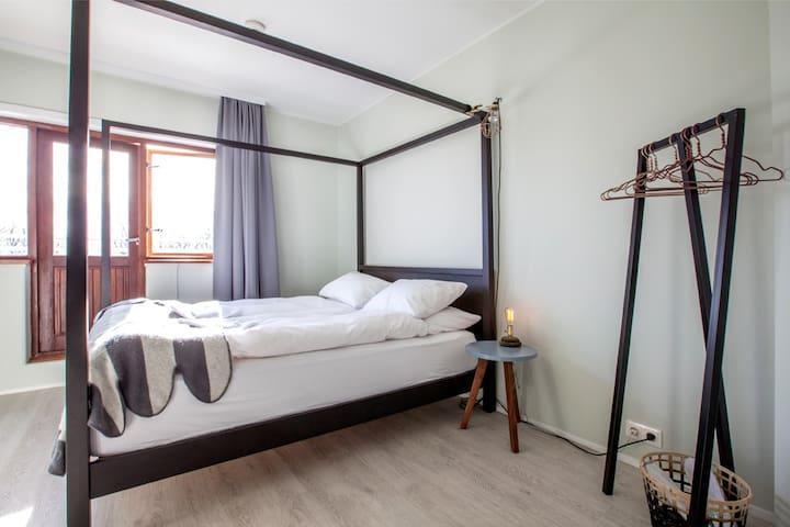 Queen size bed (En-suite)