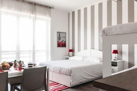 (4) In mezzo ai 7 Laghi - Malpensa - Bed & Breakfast