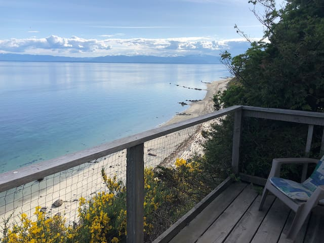 Savary Island retreat with a fabulous beach view!
