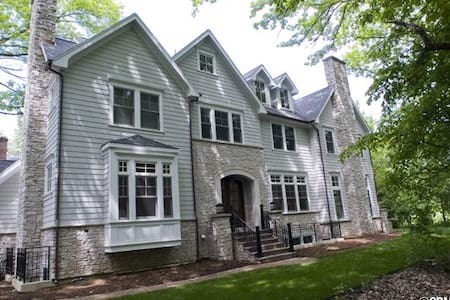 Elegant 5 BR home near NW Univ. and train to city - Wilmette - Ház