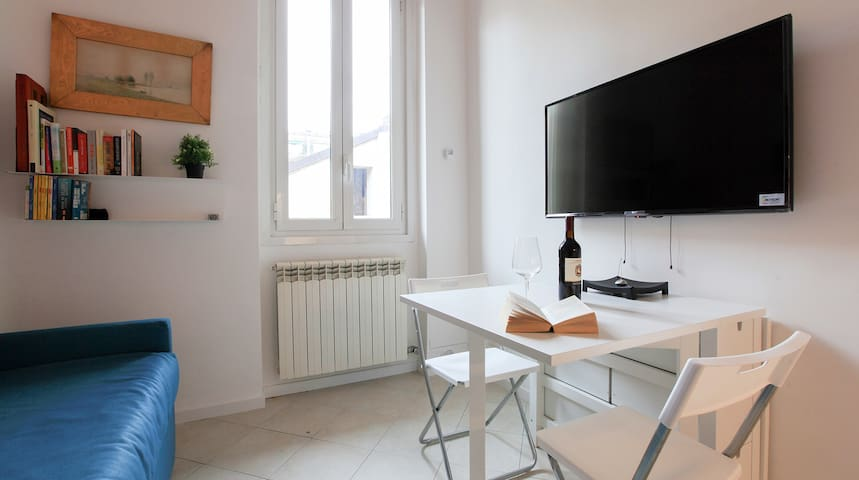 The apartment is luminous and equipped with all Guests need to enjoy their stay in Milan. The UHD TV receives a wide selection of international channels as well as Netflix and Prime Video. Board games, Nintendo console and playing cards are there too