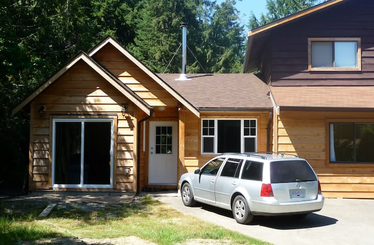 Cedar home on wine trail: Cowichan - Mill Bay - Hus