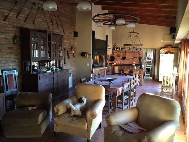 Casa céntrica en Lujan muy familiar - Luján - House