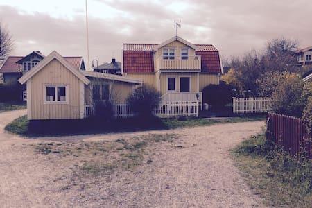 Sandhamn mitt i byn nära till allt - Sandhamn - House