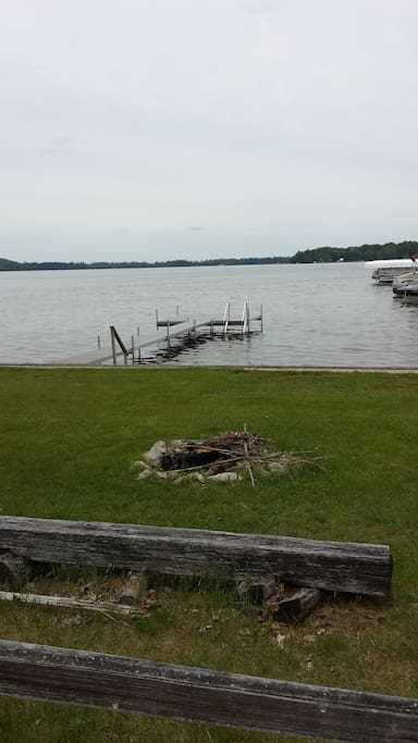 At the road end (about 100 meters away), there is a bonfire pit and access to the lake.