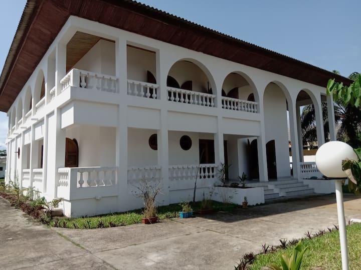 """La belle villa """"N'ZIMA"""" style colonial pour vous."""