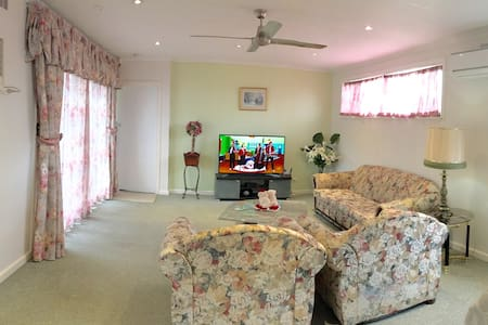 Massive 7 bedroom house fully airconditioned - Ashwood - House