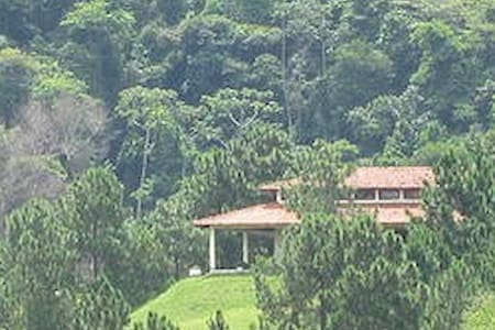 Fabulosa casa de campo com lago - Casa