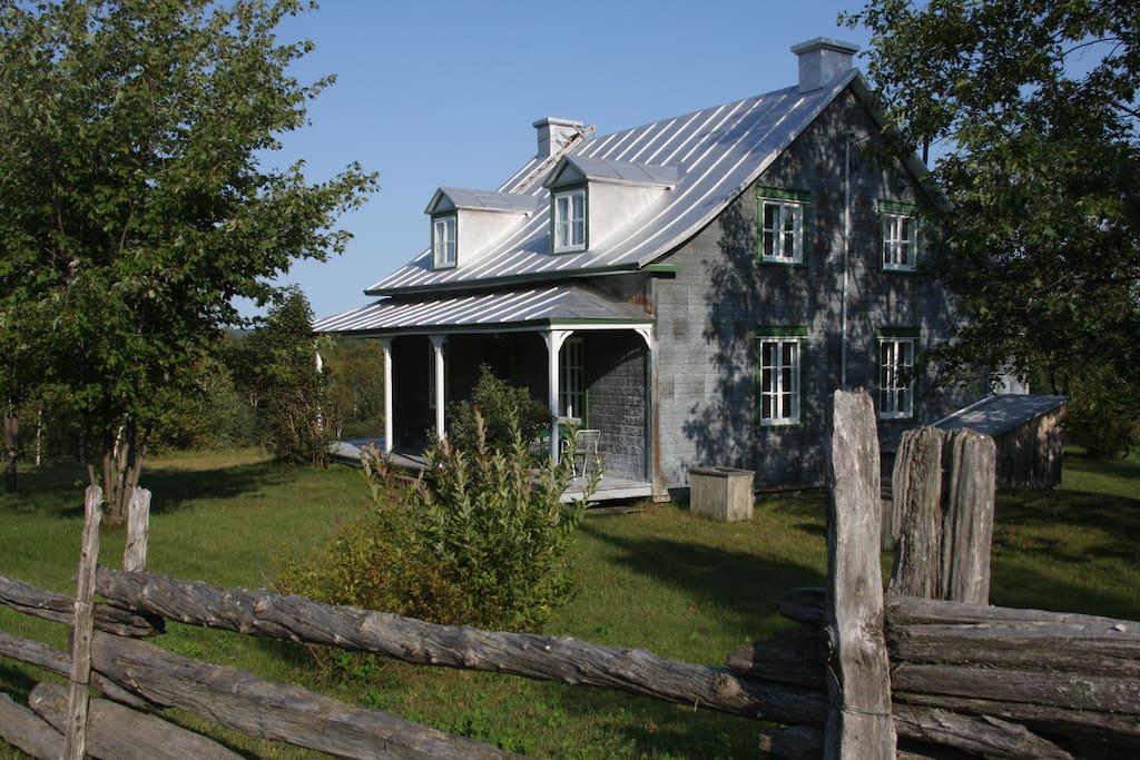 Maison ancestrale maisons louer sainte m lie de l 39 nergie qu bec canada for Canada maison a louer