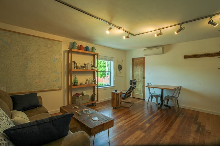 Uptown Hideaway: clean, comfortable, newly remodeled, upscale
