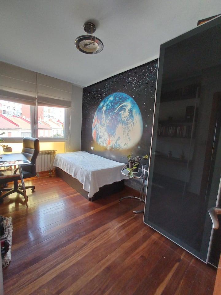 Habitación luminosa y amplia con baño propio.