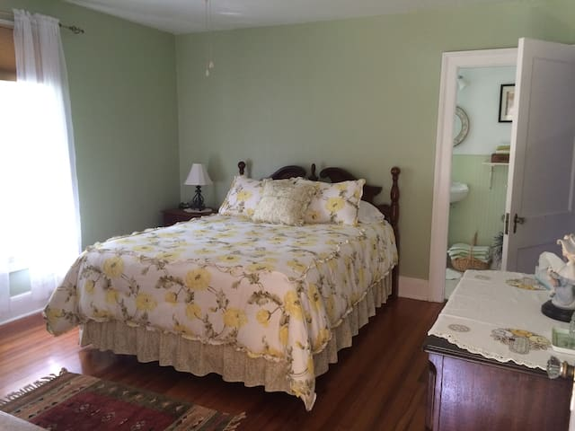 Green ensuite bedroom with  with Queen bed and Annex room with a single bed.