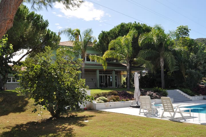 * Fabulosa villa entre jardines, con piscina *