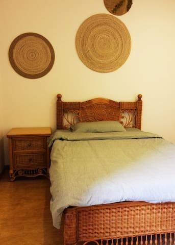 次卧。床头一角,床1.5mX2.0m。