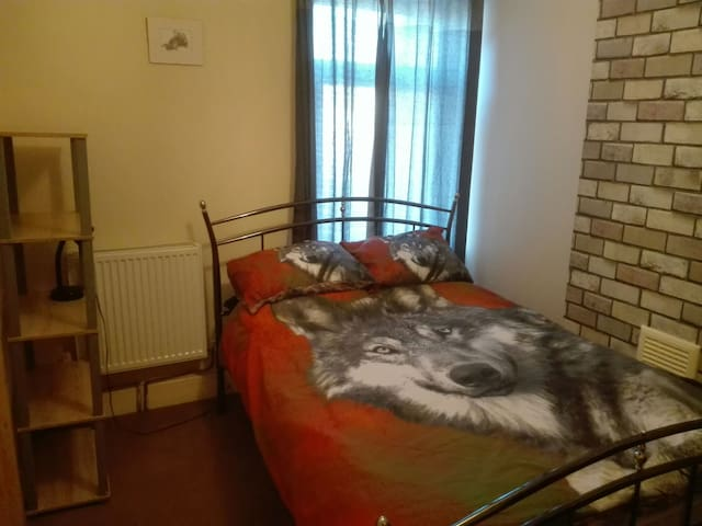 Lovely double room on Rosebery Avn.