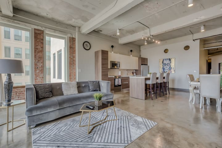 Downtown Dallas 3BR Loft+Pool+Free Parking+Gym❤️️