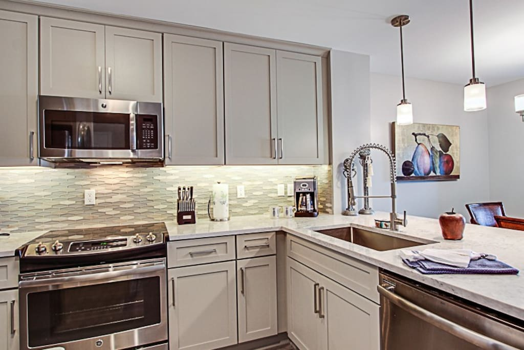 Fully equipped kitchen! Newly renovated, stainless appliances!