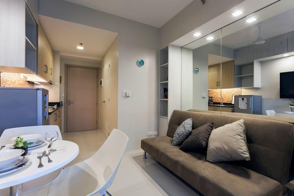 公寓拥有一个开放式客厅, 餐厅和厨房的联通空间。