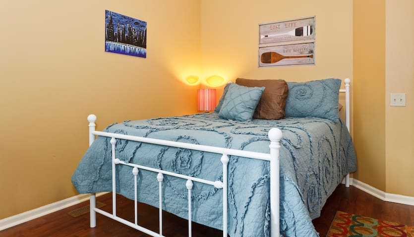 Handsome Guest Room - Walk to Train - Arlington Heights - Casa