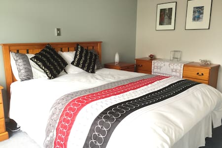 Modern sunny room in quiet location - New Plymouth - Bed & Breakfast