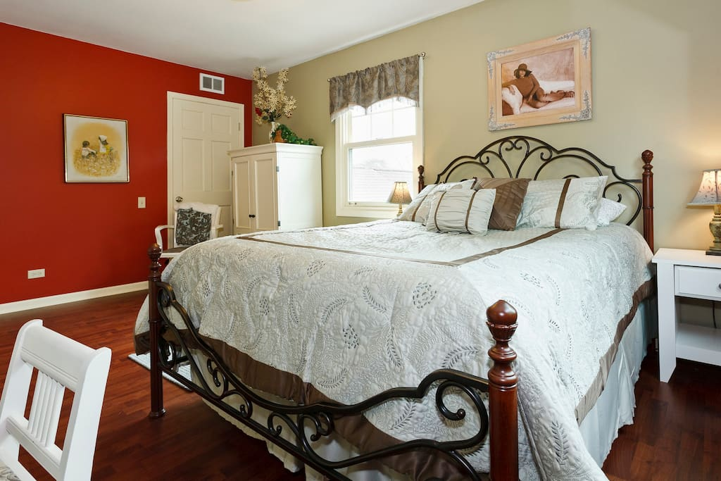 Beautiful, Clean, Quiet, Queen Bed, Wifi, computer desk, shared bath. Shared access to TV, kitchen, and main rooms.
