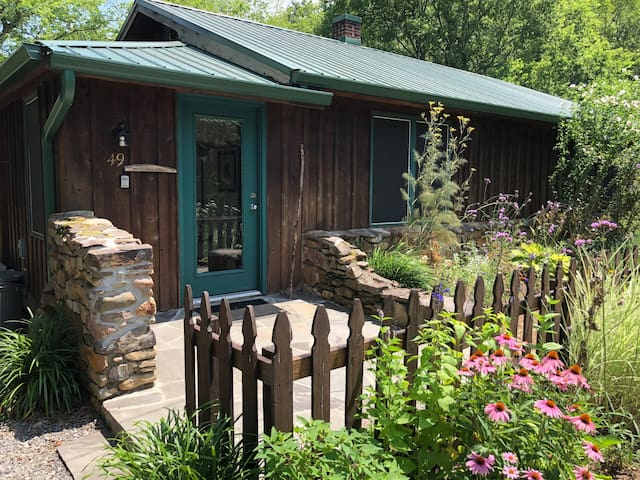 Goldfinch Cabin- Walk to Hot Springs! On AT