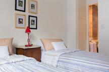 Habitación, dispuesta con dos camas simples