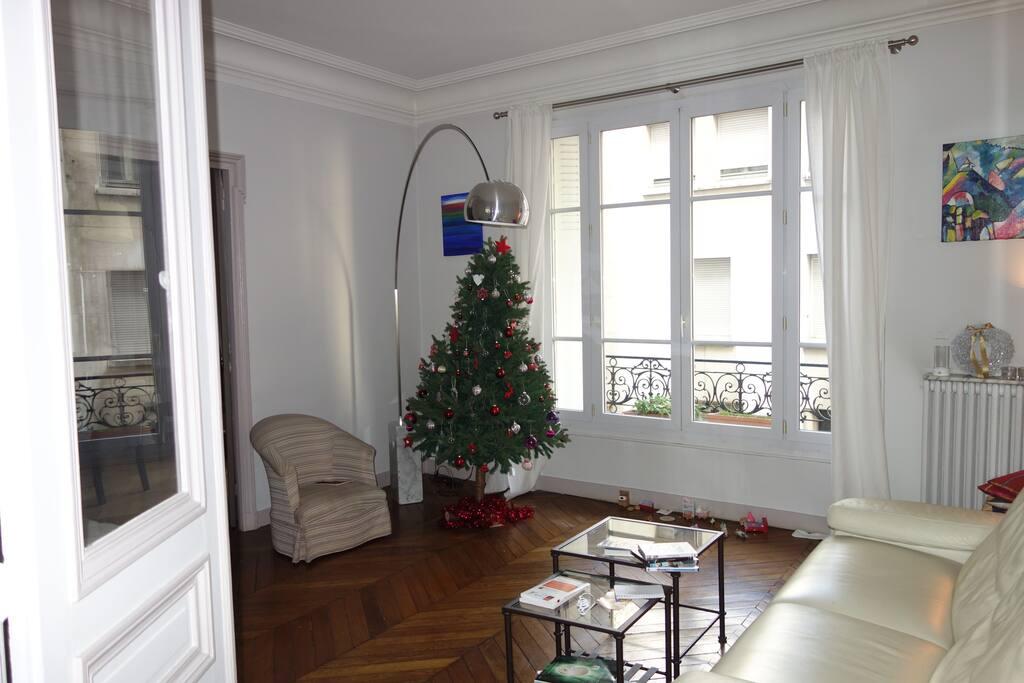 You will be confortable with a double living room. You could even play the piano.  40 m2 de salon et de salle à manger, vous devriez être à l'aise. Les musiciens pourront même jouer du piano.