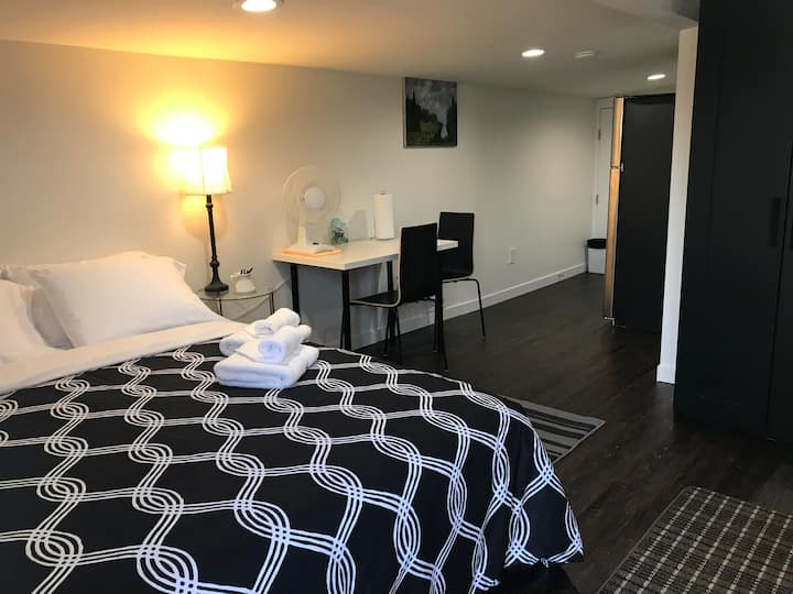 Private Entrance Tiny Home- Near Airport & Seattle
