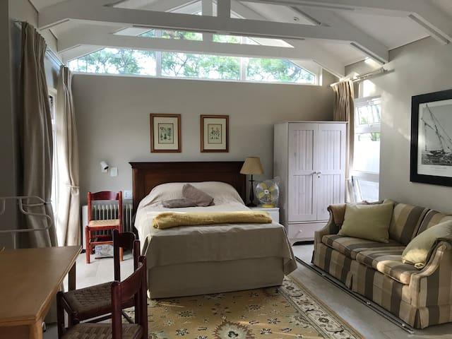 Melrose Jacaranda Suite; modern, quiet, accessible