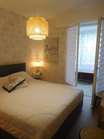 Chambre lit de 160 avec salle de bain attenante.
