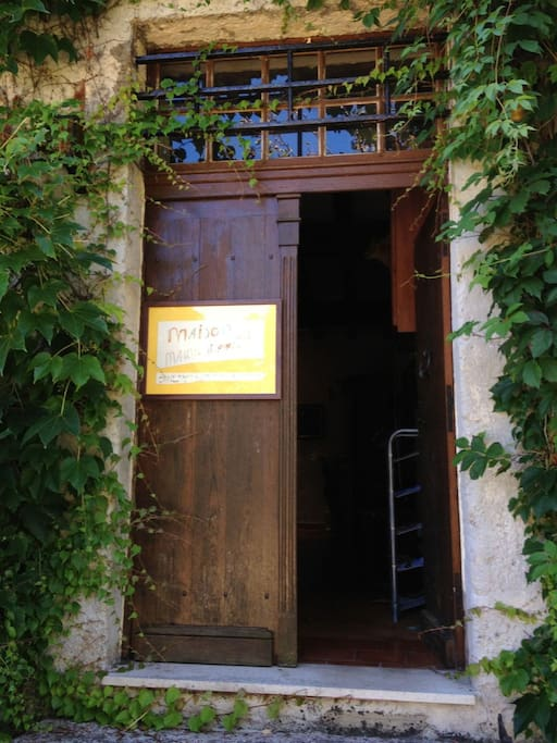 The entrance of the house / l'entrée de la maison