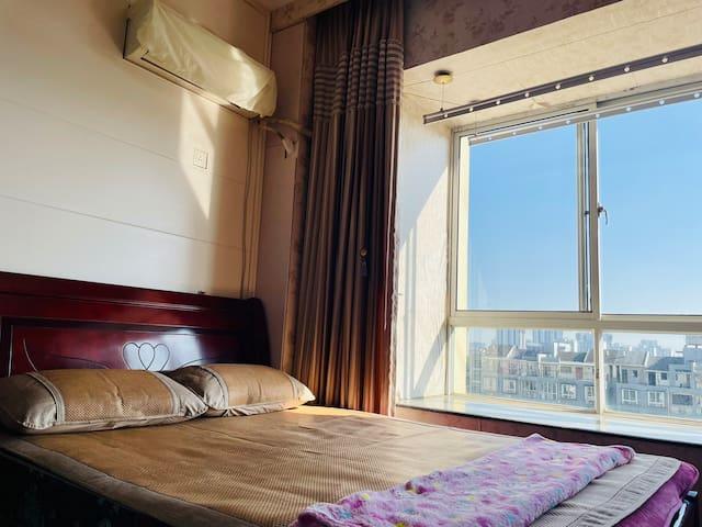 席梦思、床垫、藤席、枕芯、毛毯等床上用品均来自楼下华润万家中的知名品牌,让您舒心入睡。