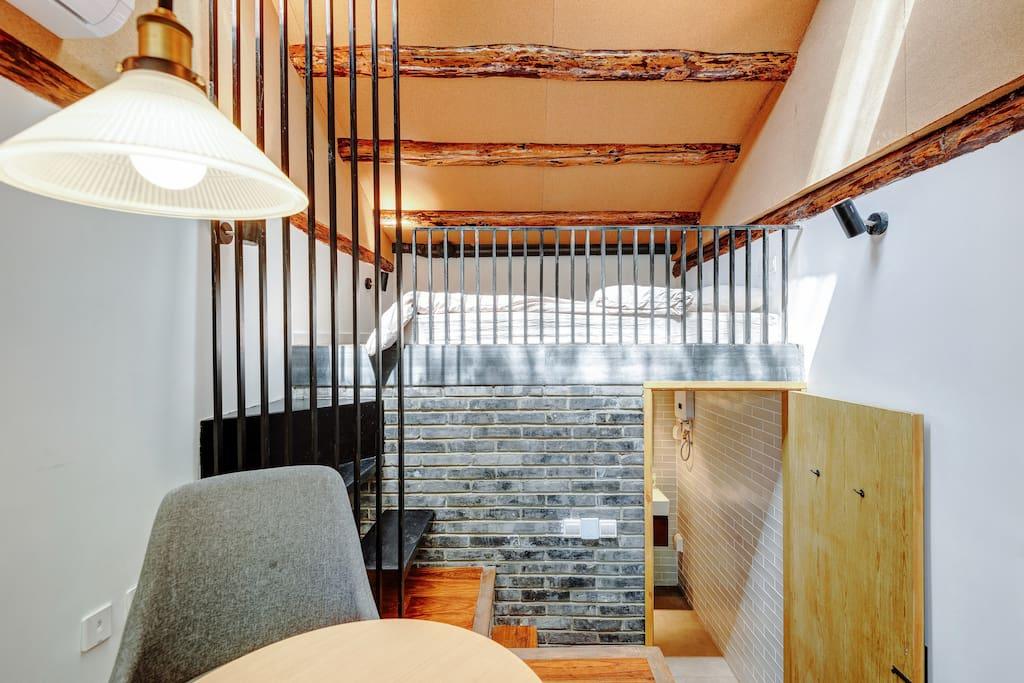 一层喝茶,二层床,下面是卫生间。整套房间都是私人空间