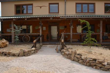 Gästezimmer auf Westernranch - Auhausen - Bed & Breakfast