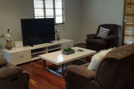 Affordable Entire Central Cottage free NBN! - Currajong - 独立屋
